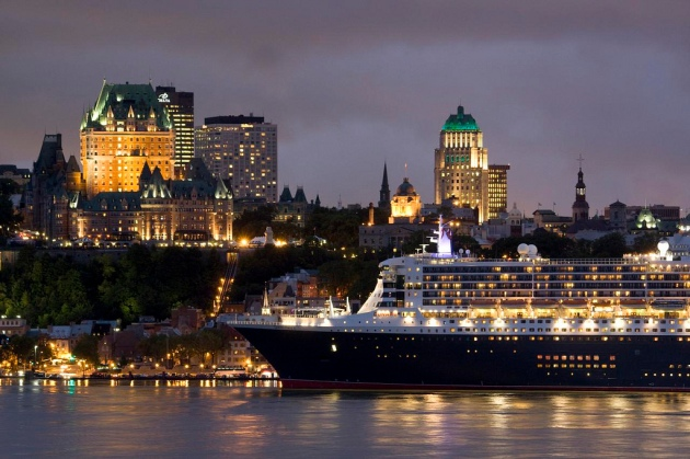 QM2 at Quebec
